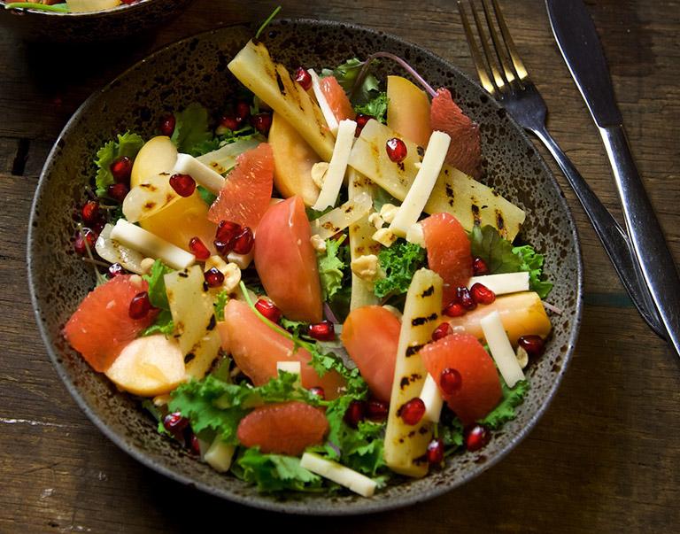 Salade van gepofte appel, gegrilde schorseneren, granaatappel en geitenkaas
