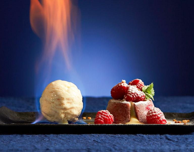 Frambozencakeje met vurig anijs-ijs