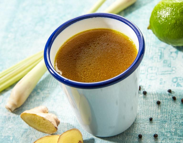 Een hartige thee van gevogelte die zijn rijke smaak krijgt van de geroosterde bouten, maar zeker ook door de smaken van gember, citroengras en limoen