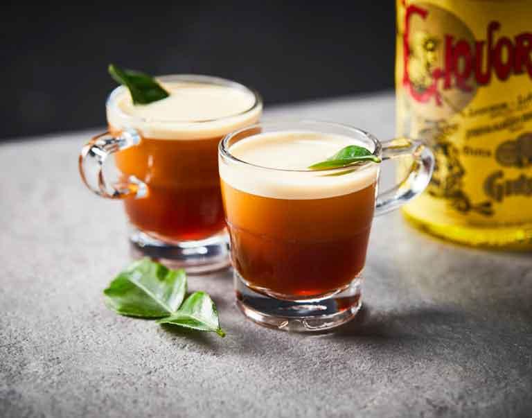 Koude nitro espresso met Strega likeur en limoenblad