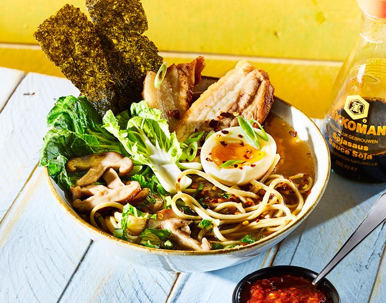 Ramen Noodles met shanghai paksoi, zachtgekookt eitje en sambal oelek