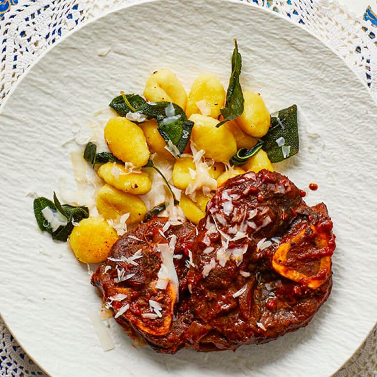 Een multi-cultigerecht. Italiaanse ossobuco (van hert!) wordt begeleid door Italiaanse gnocchi en gegarneerd met Hollandse geitenkaas.