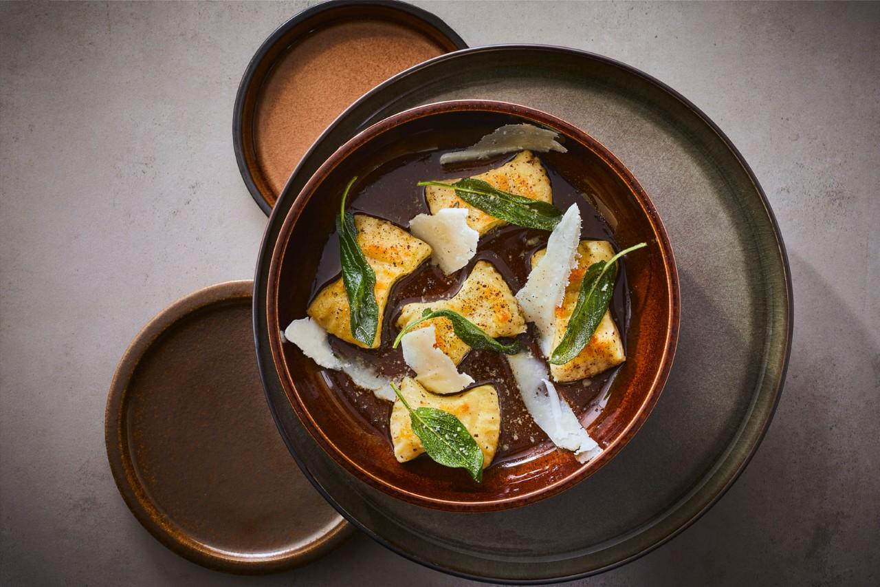 In salieboter gebakken aardappelgnocchi met pecorino en saliechips