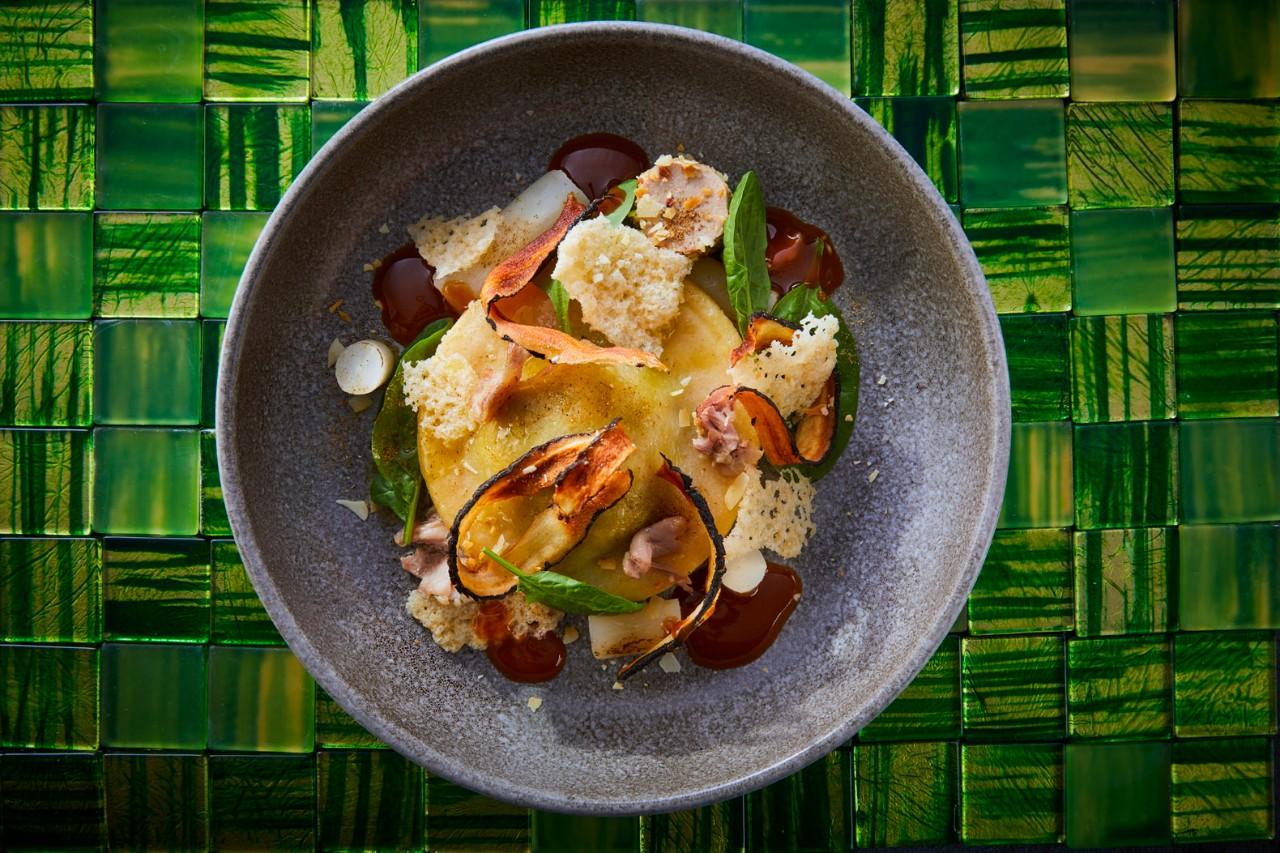 Ravioli gevuld met gekonfijte kwartelbout en spinazie, schorseneer, krokante schorseneren, eendenlever met amandel, jonge spinazie en een jus van gevogelte en laurier