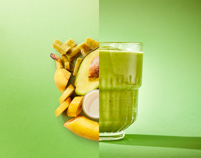 Zijdezachte smoothie van avocado, banaan, groene groente en amandelmelk.