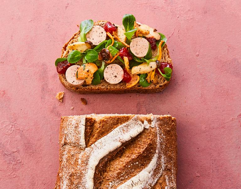 Volkorenbrood belegd met paté, gebakken paddenstoelen en vijgenchutney