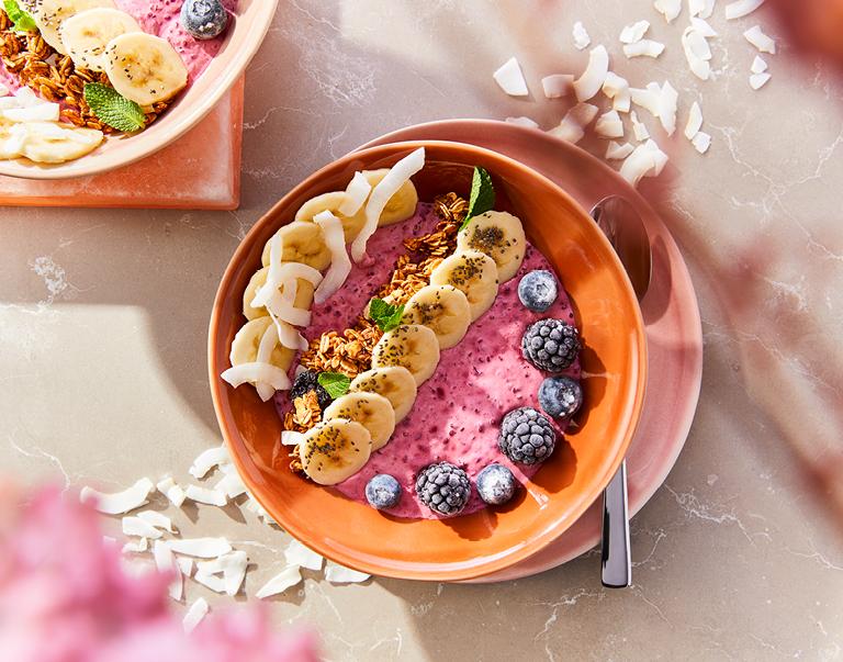 Plantaardige smoothiebowl met zacht fruit, kokosyoghurt, banaan en granola.