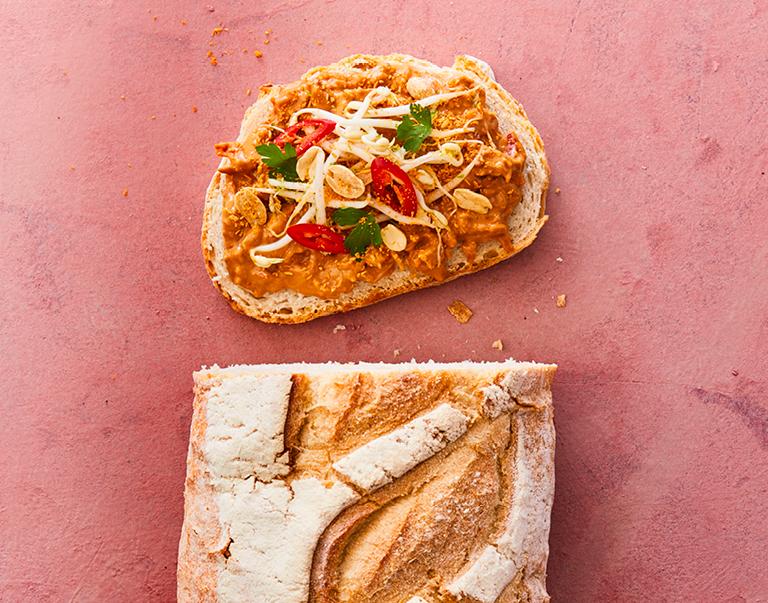 Rustiek witbrood belegd met vegetarische satésalade, taugé en seroendeng.