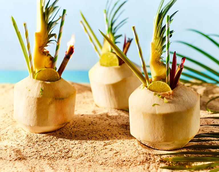 Pittige ananas-kokos mocktail in een jonge kokosnoot.